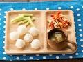 軟飯またはごはん、鶏ささ身とパプリカのあえもの、スティックきゅうり、なすのすまし汁または薄いみそ汁