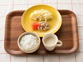 かゆまたは軟飯、くずしハンバーグ、トマトソース、マッシュポテト、コーンスープ