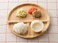 軟飯またはごはん、ミニハンバーグ、トマトソース、ポテトサラダ、コーンスープ