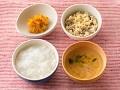 かゆまたは軟飯、牛肉の卵とじ、手づかみかぼちゃ、大根のすまし汁