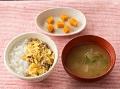 軟飯またはごはん、牛肉の卵とじ、手づかみかぼちゃ、大根と大根の葉のみそ汁(薄めたもの)