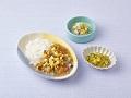 軟飯またはごはん、夏野菜のソースかけ、オクラとコーンのコンソメジュレ、フルーツのヨーグルト和え
