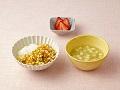 かゆまたは軟飯、卵と野菜のうま煮、豆腐とキャベツの清汁、いちご